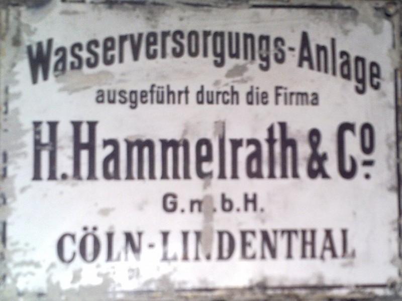 Tabliczka znamieniowa w piwnicy plebani w Rokitach